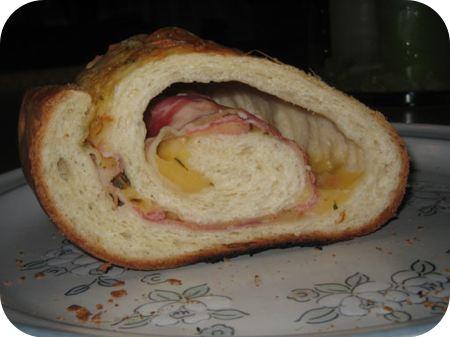 Opgerold Brood met Ontbijtspek, Kaas en Basilicum