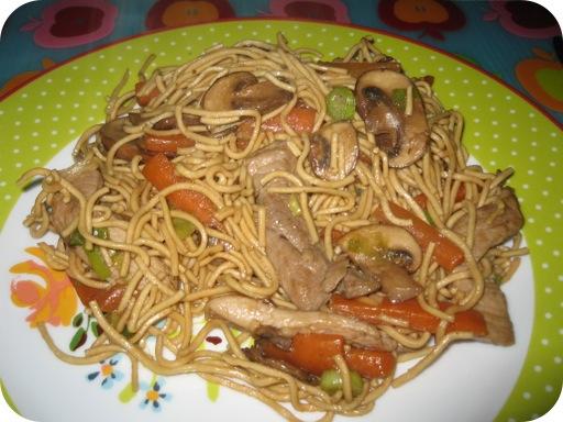 Noedels met worteltjes en champignons