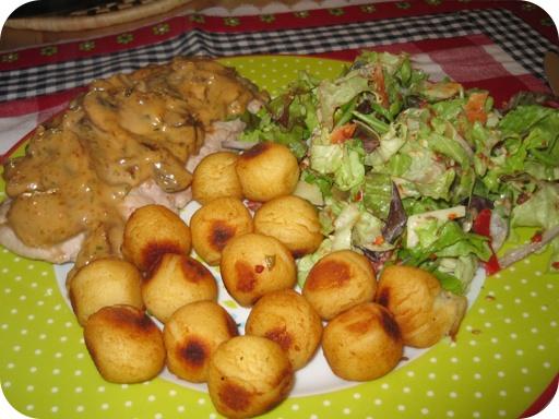 Jager Sahne Schnitzel met Aardappelbolletjes en Italiaanse Salade
