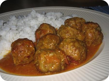 Gehaktballetjes in Currysaus
