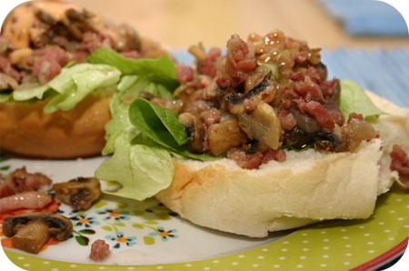 Broodje Hamburger met Champignons en Spek