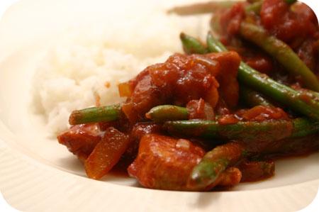 Rijst met Sperziebonen in Pittige Tomatensaus