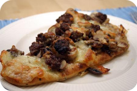 Naan-Pizza met Worst en Champignons