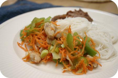 Rijstnoedels met Kip, Paprika, Wortel en Pindasaus
