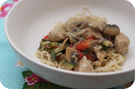 Noodles met Kipfilet, Courgette en Champignons in Pindasaus