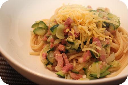 Spaghetti met Courgette en Ontbijtspek