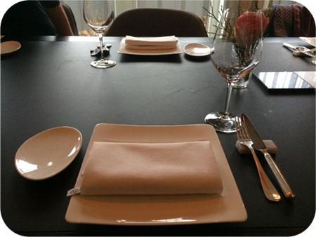 nog lege gedekte tafel restaurant Noble