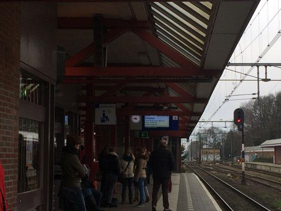 op het station