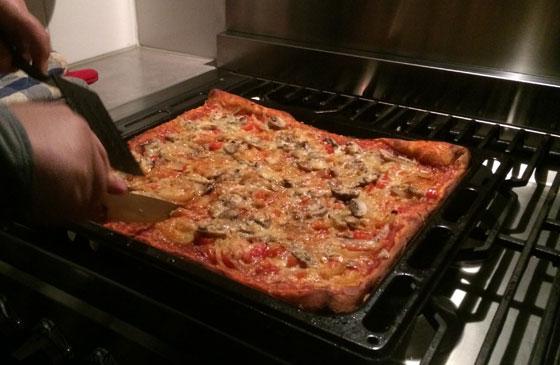 pizza wordt gesneden