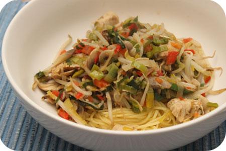 Noodles met Kip, Paprika, Prei en Champignons
