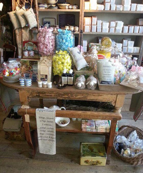 De Thee van mijn Tante in Veenendaal sfeer servies, snoepjes, bakspulletjes en thee
