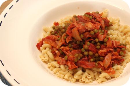 Macaroni met Doperwten, Rauwe Ham en Tomatensaus
