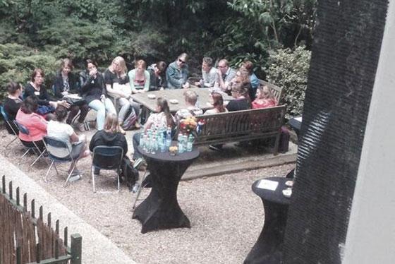 leesclubje in de tuin Maaike le Noble
